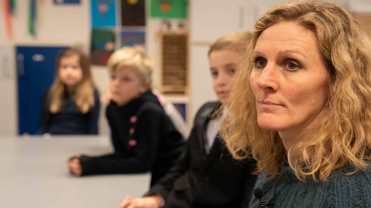 Elever og lærere ser film, Brundalen skole