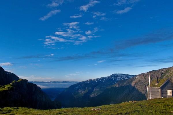 Utsikt mot Hardangerfjorden. DNT-hytte med 5 senger (plass til 7). - Foto: Per Strøm