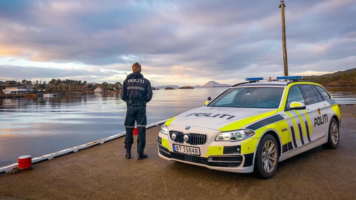 NYTER SOLA: Sjølv politiet kunne nyte ein finvêrsdag i Vestland onsdag. Her frå Stavang i Kinn kommune.
