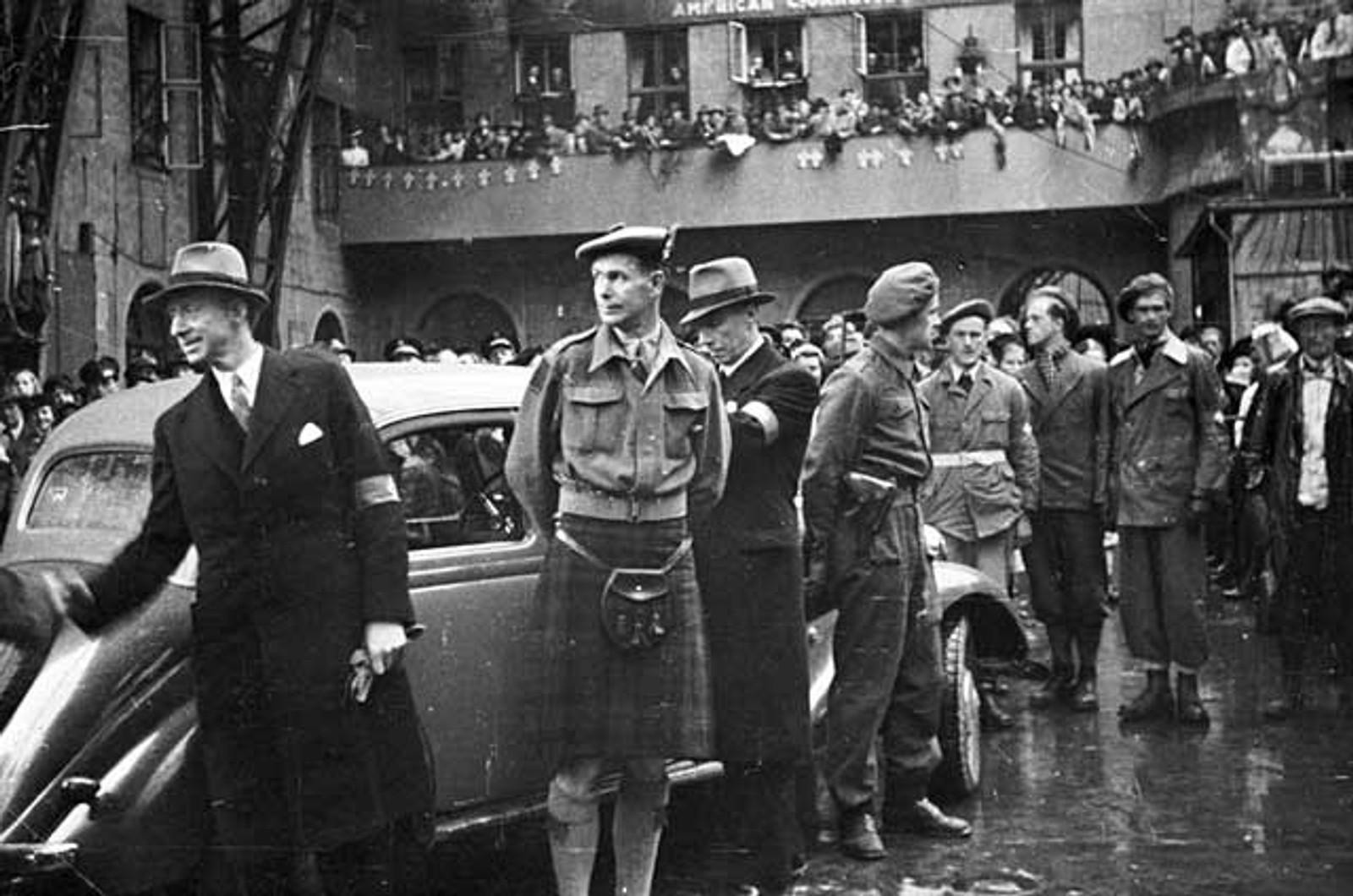 HJEMMEFRONTEN: Hjemmefronten gjør seg klar til å delta i 17. mai-festen 1945.