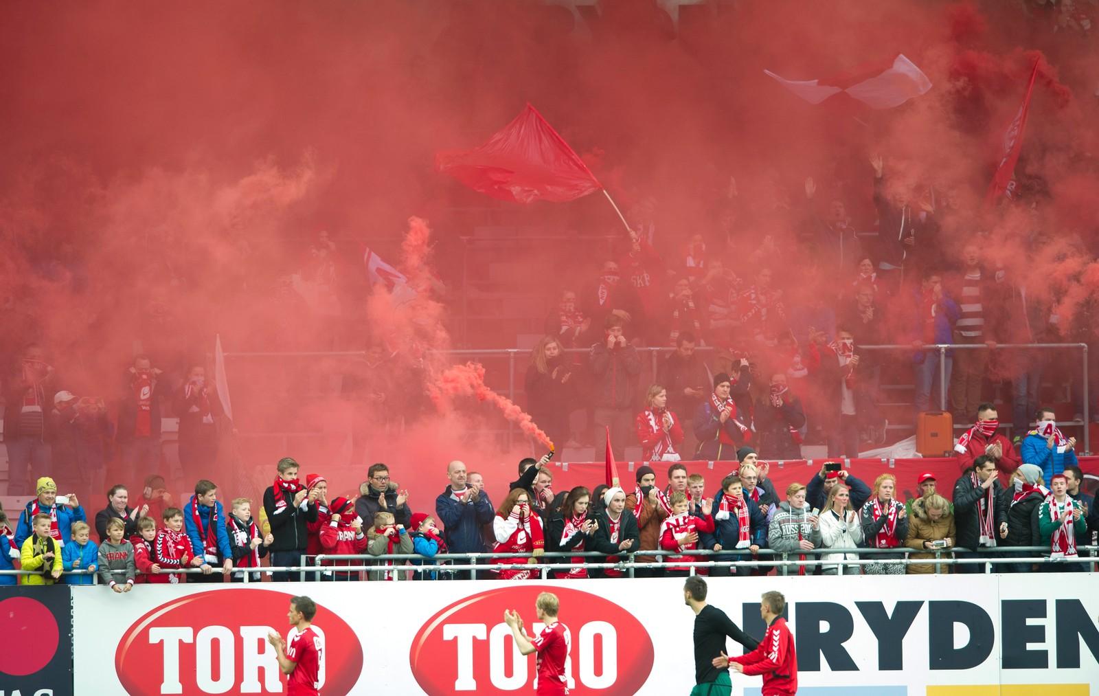2015: Brann tapte siste kamp mot Hødd, men sikret likevel opprykk til Eliteserien. Det til stor jubel blant supporterene. Foto: Marit Hommedal / NTB scanpix Bergen