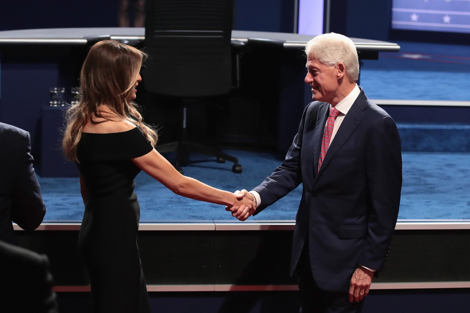 ... og her hilser han på Trumps kone, Melania Trump.