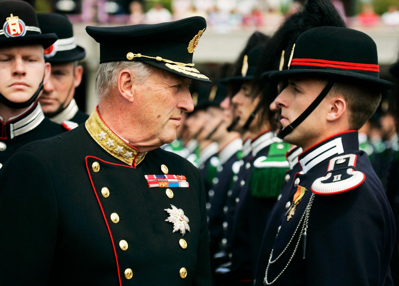 Kong Harald inspiserer HM Kongens Garde på Hovseter i 2004.