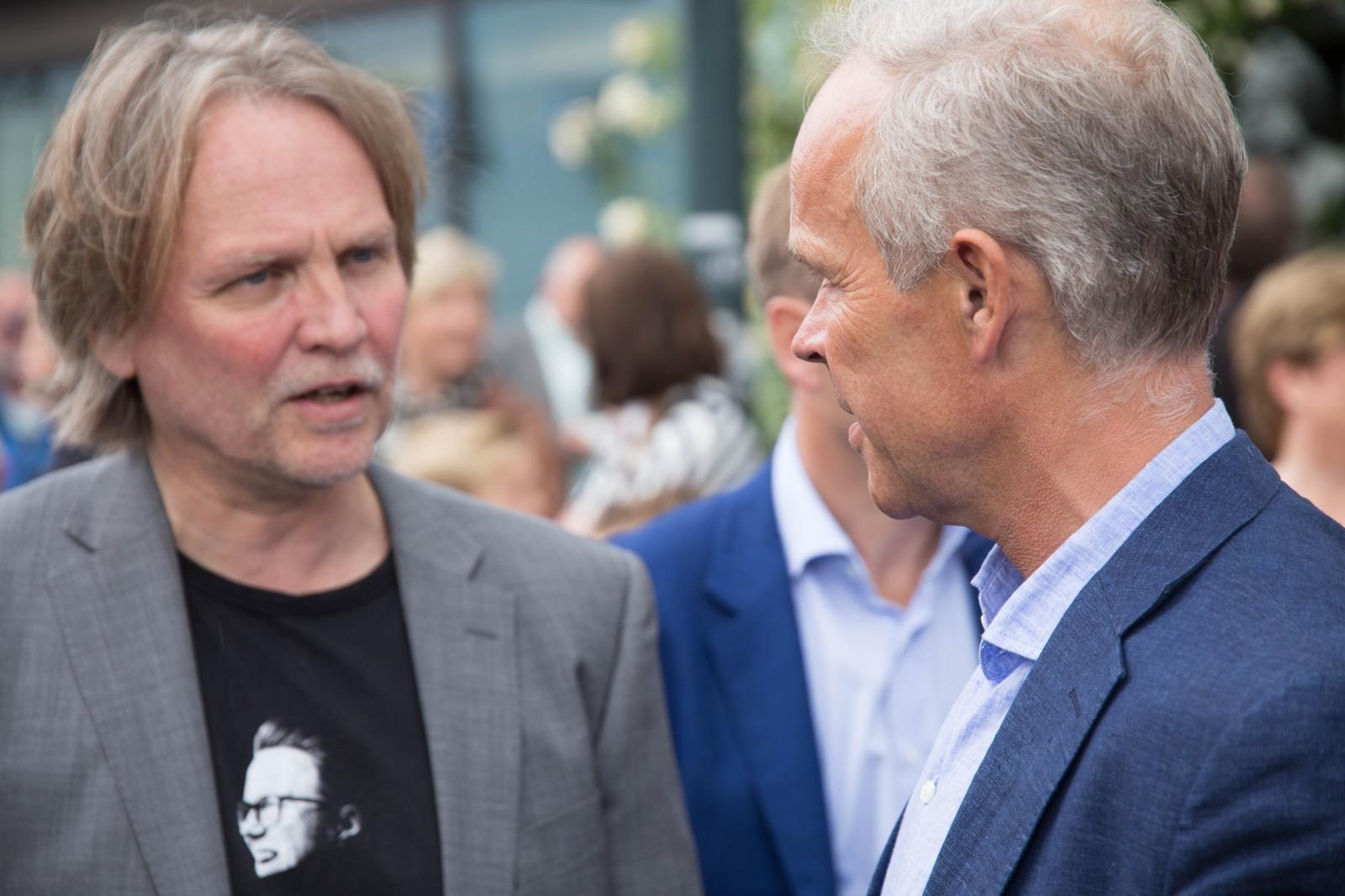 Festivalsjef Hans-Olav Sollie slår av en prat med kommunalminister Jan Tore Sanner før gateparaden starter.