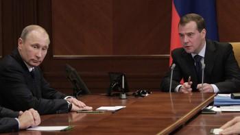 Russland: Medvedev (midten) og Putin (t.v.)