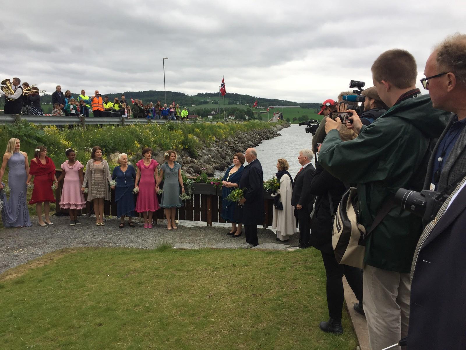 Det er i forbindelse med at Kongen og Dronningen fyller 80 år at de gjennomfører en jubileumsreise i Innlandet. Besøket startet i Hamar søndag, og skal vare i fire dager. Her er de på Tingnes i Ringsaker.