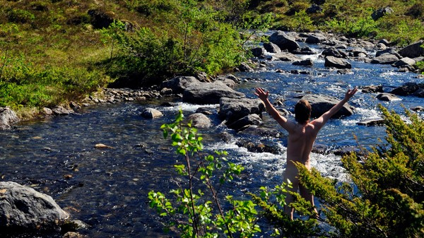 Mann bader naken i elv på fjellet - UTEVASK: Selvsagt er det vanskelig å lukte som en tropisk regnskog etter 4–5 dager når man går i de samme sokkene og underbuksa, men det handler om å gjøre det beste ut av det. - Foto: Hilde Mesics Kleven
