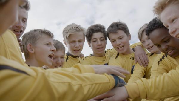 Norsk dokumentar om et fotball-lag i Tromsø som gjør alt de kan for å holde sammen.