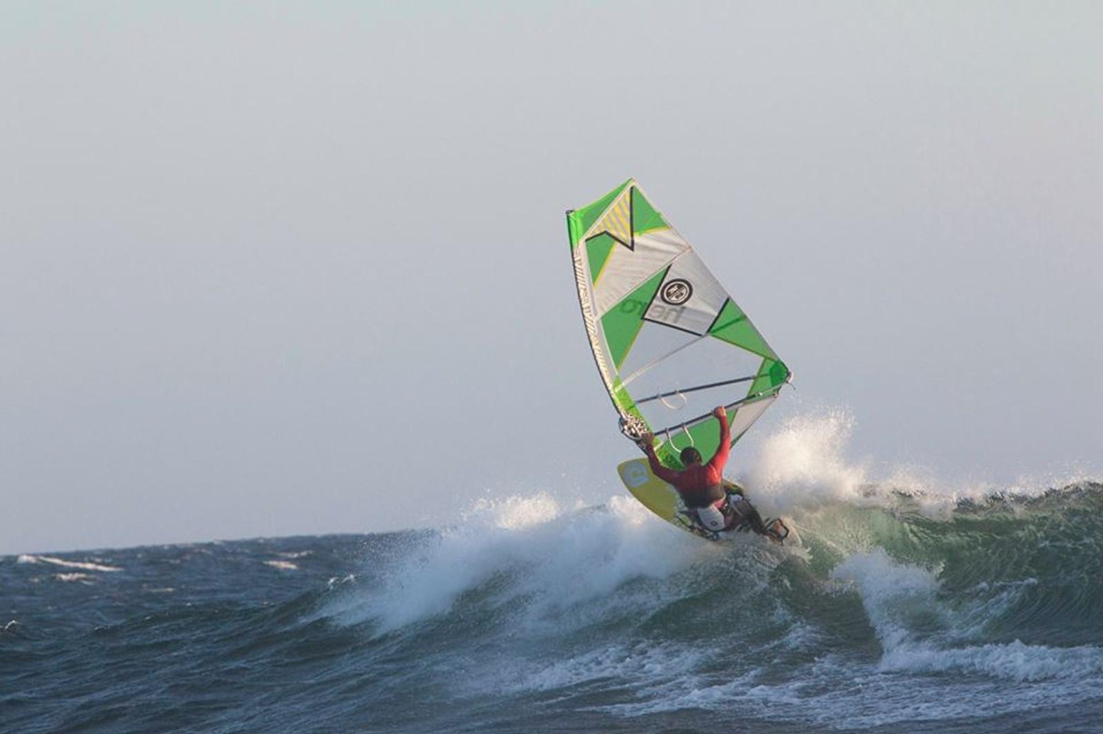 Per Christian Brodscöll surfer utenfor Lista.
