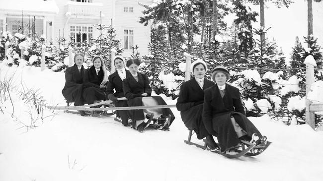 Ei gruppe frå Harastølen på kjelketur ein fin vinterdag. Foto: Samson Brathole. Eigar: Fylkesarkivet i Sogn og Fjordane.