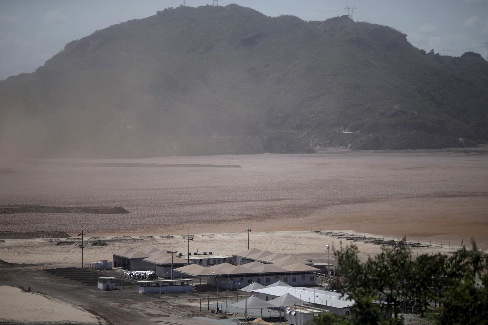 Demninga er eigd av gruvegigantane Vale SA og BHP Biliton Ltd, høvesvis brasiliansk og britisk-austerriksk. Dette er teke 10.november, etter at demningen brista.