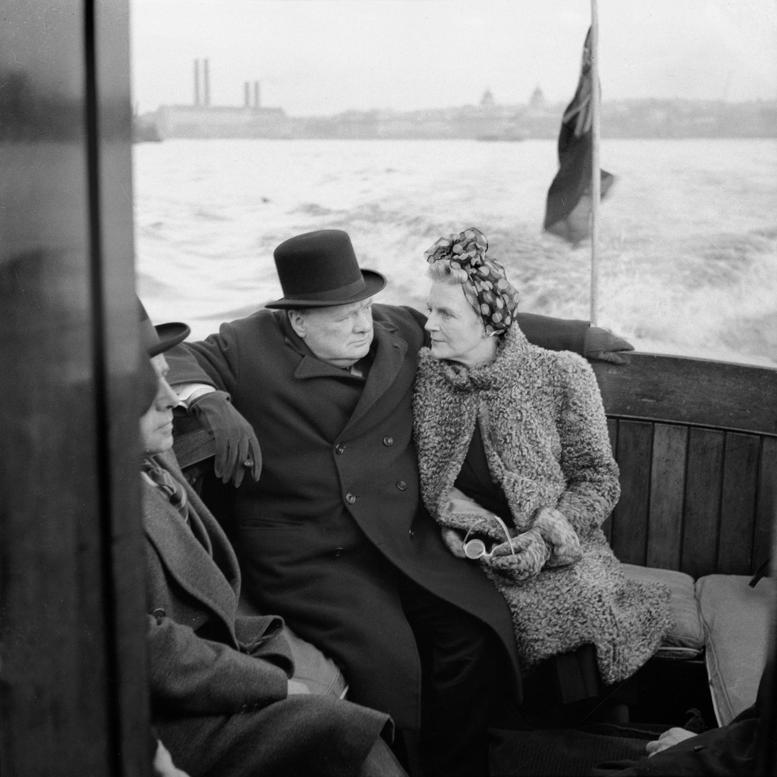 Winston Churchill med kona Clementine, på en patruljebåt på vei mot London Havn, 25. september 1940