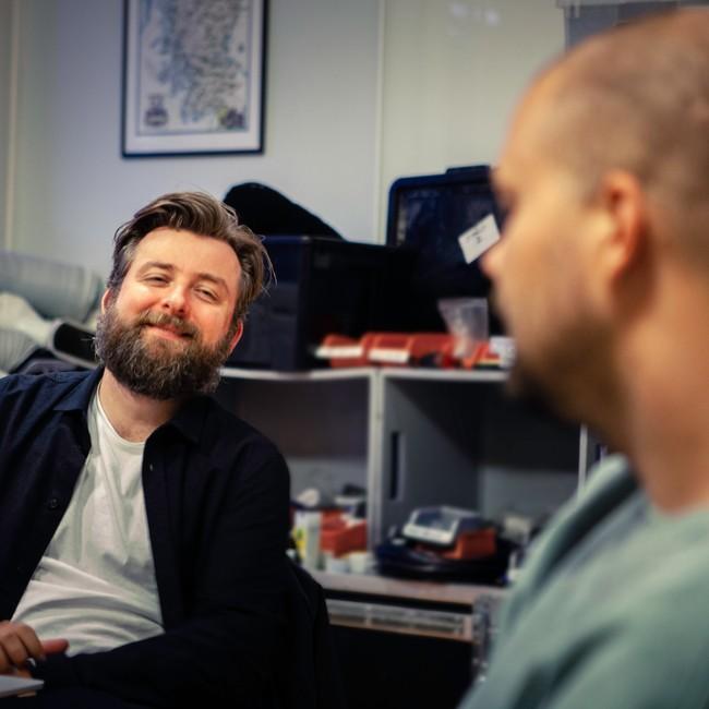 Martin Beyer Olsen smiler til makker Lars Berrum