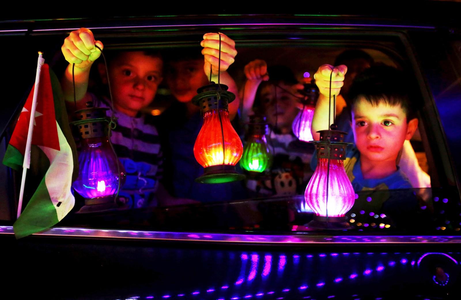 """Jordanske barn med månelykter som symboliserer ramadan. Lanternene heter på arabisk """"Fanous"""" og selges i fastemåneden."""