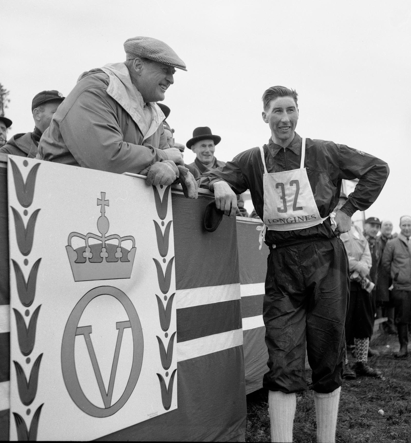 Vinneren av 50 kilometeren Harald Grønningen sammen med Kong Olav under NM på Røros i 1961.