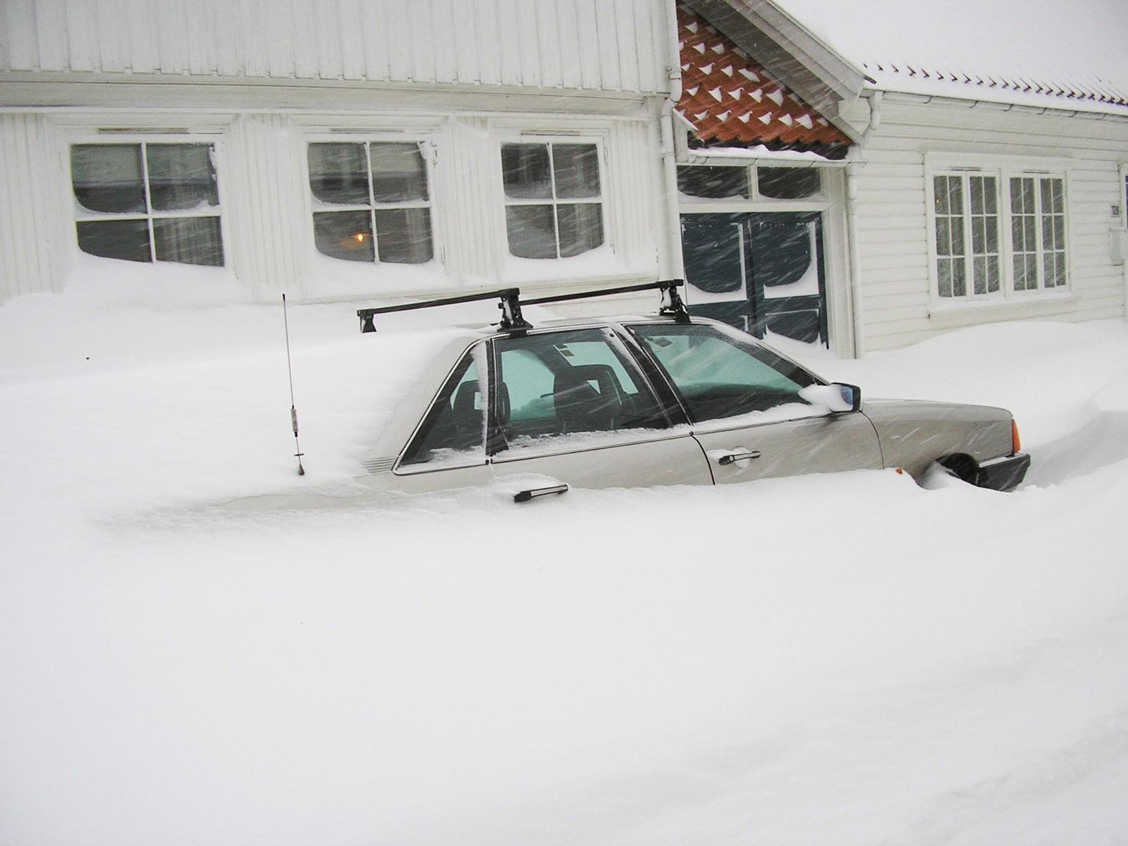 OLYMPUS DIGITAL CAMERA *** Local Caption *** snøkaos, nedsnødde biler, nedsnødde fortau