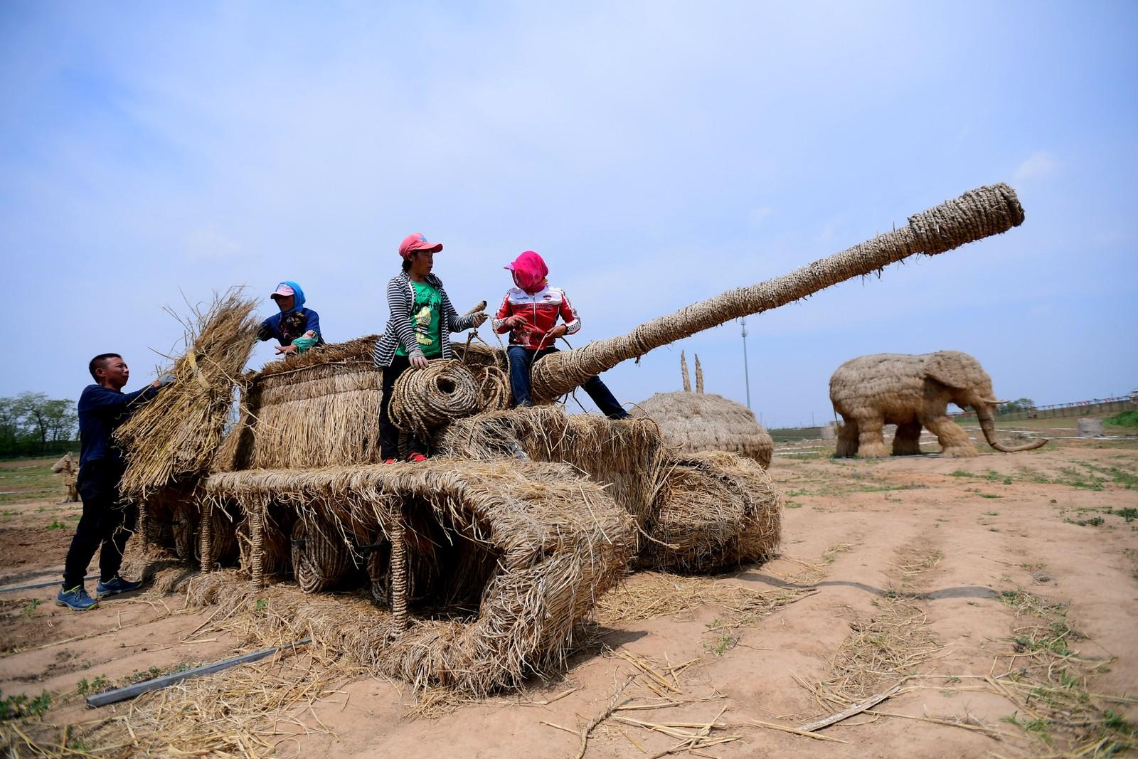 En tank, en elefant, en kenguru og fly. I forbindelse med en utstilling har kinesiske bønder i Liaoning-provinsen, Kina laga blant annet disse figurene.