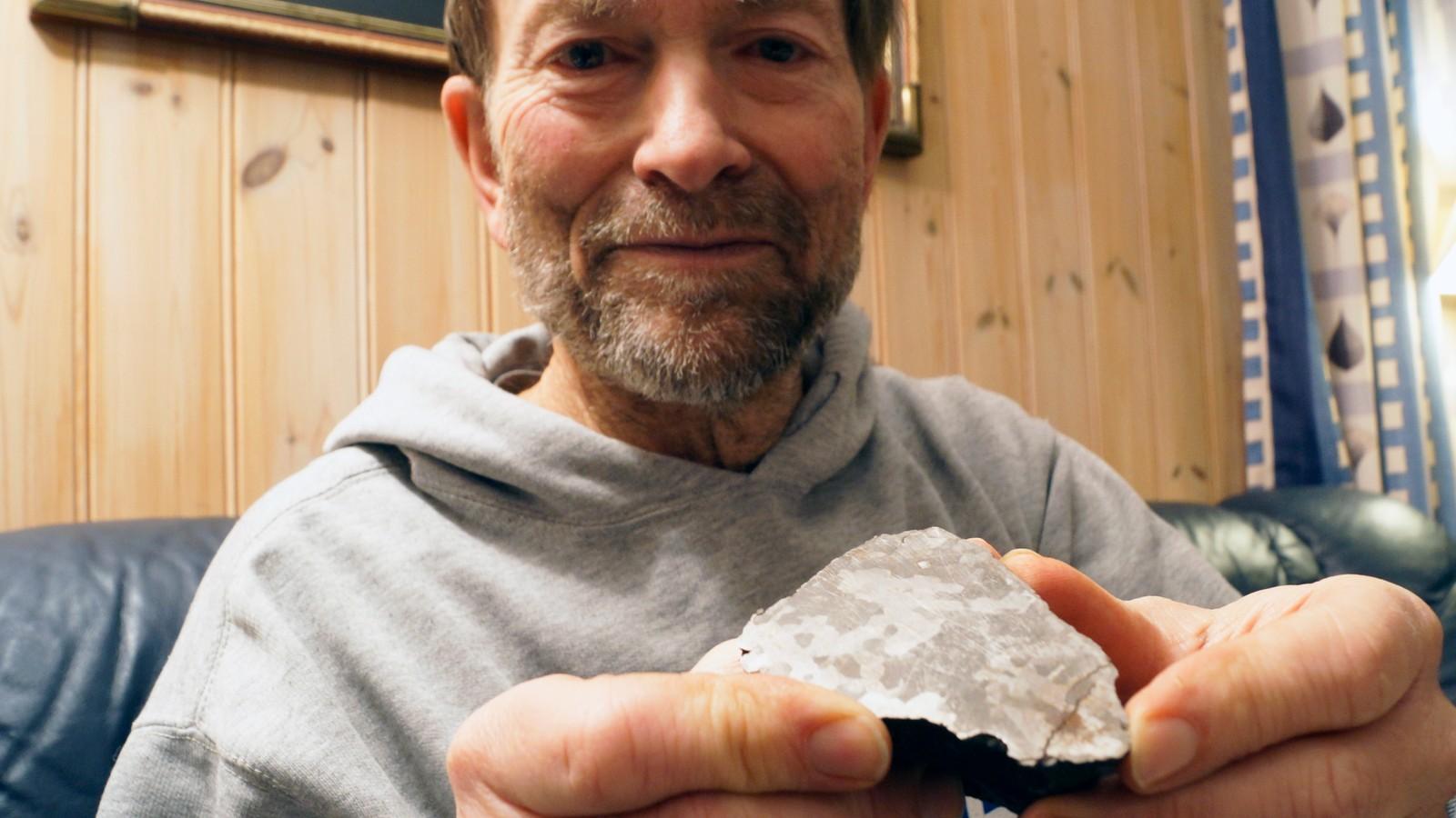 Lewis viser fram en meteoritt som er funnet i Sør-Amerika. En liten, men overraskende tung stein som er eldre enn noe annet på jorden.