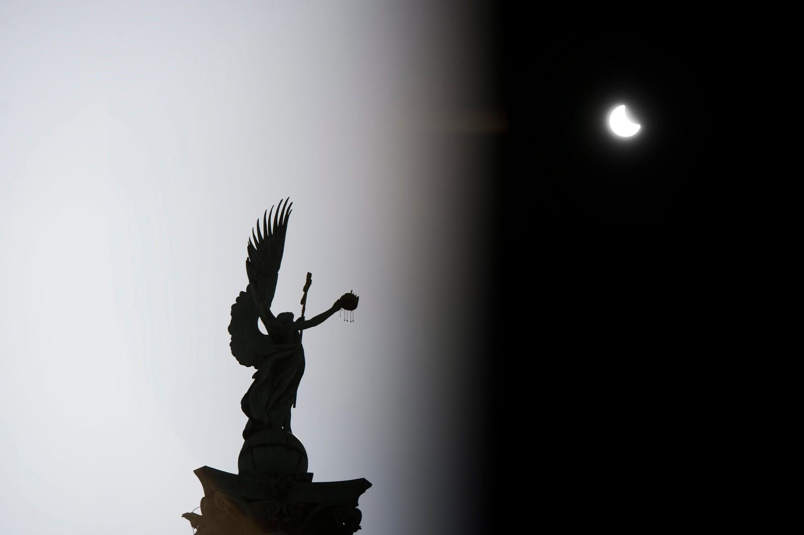 Slik så det ut i sentrum av Budapest under solformørkelsen.