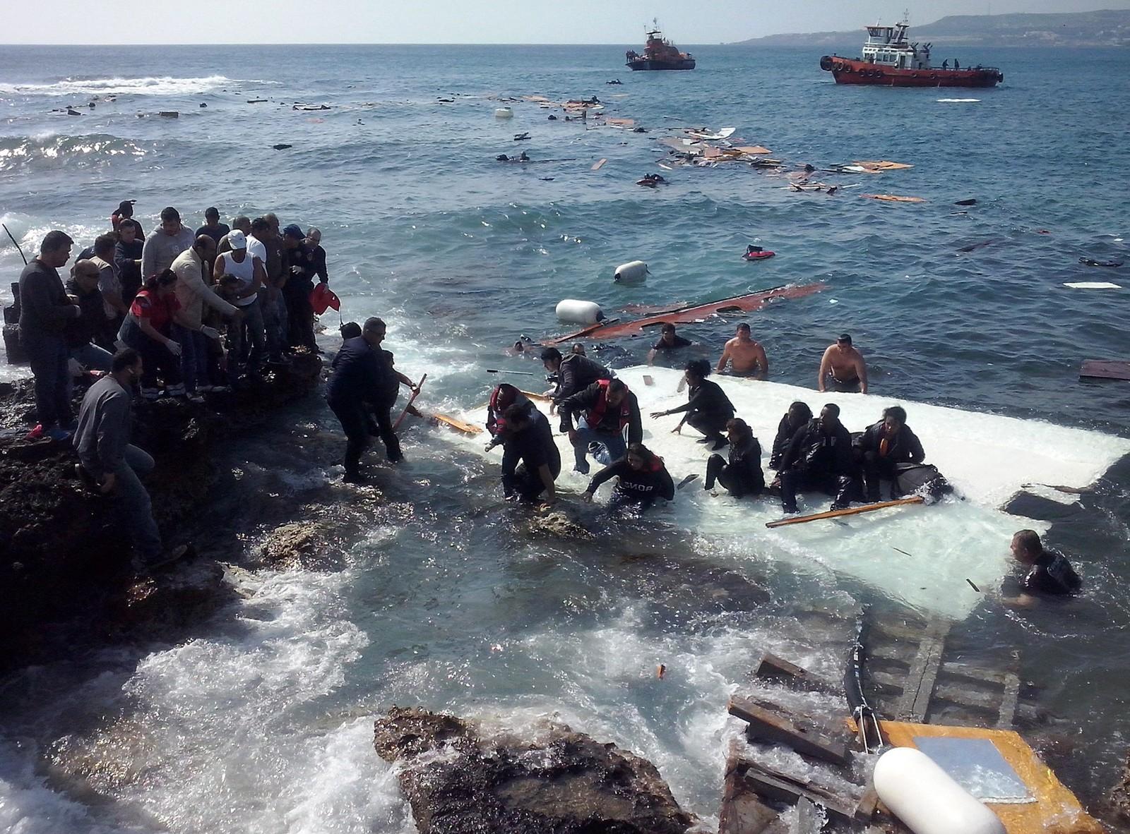 Flyktninger fra en havarert seilbåt karrer seg i land på Zefyros-strand på Rhodos 20. april. 200 flyktninger skal ha vært ombord.