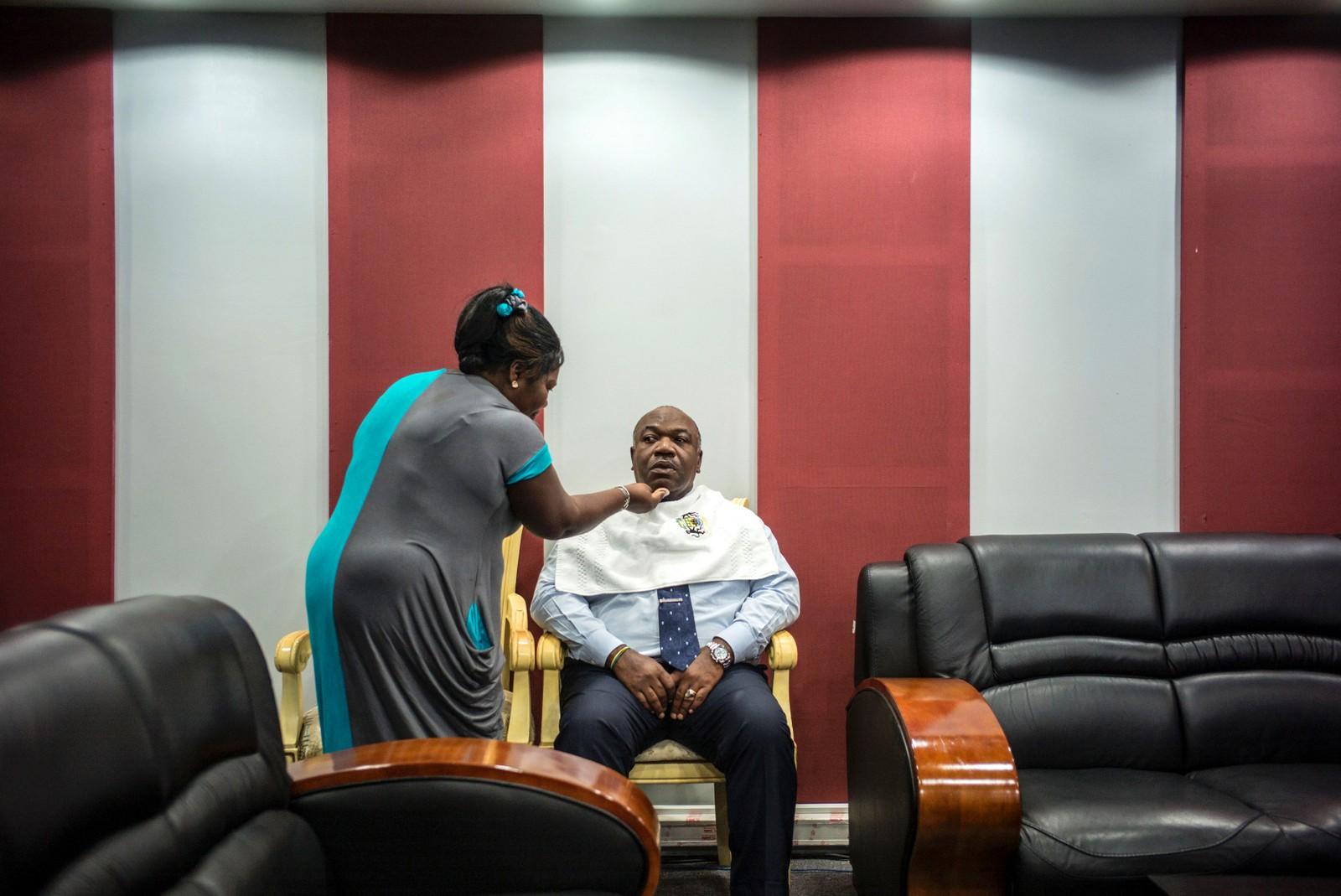 Den gabonske presidenten Ali Bongo Odimba får et strøk sminke før han skal delta i en TV-debatt i Libreville den 24. august. Den 27. august er det valg i Gabon. Ali Bongo Odimba har vært president siden 2009. Fra 1967 til 2009 var det hans far, Omar Bongo, som var president.