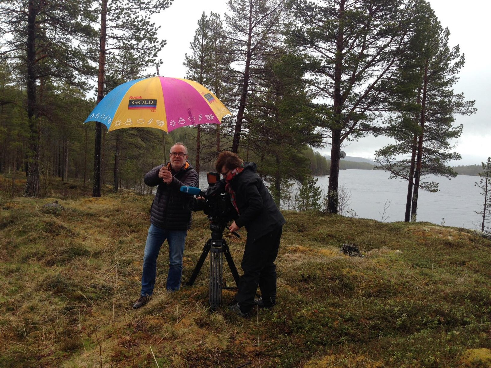 Tom og Vibeke, venter på Kronprinsen ved Kongehytta i Balsfjord.