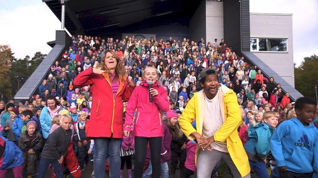 I år ble det satt ny skolerekord med 850 skoler som danset samtidig over hele landet. Foto: NRK