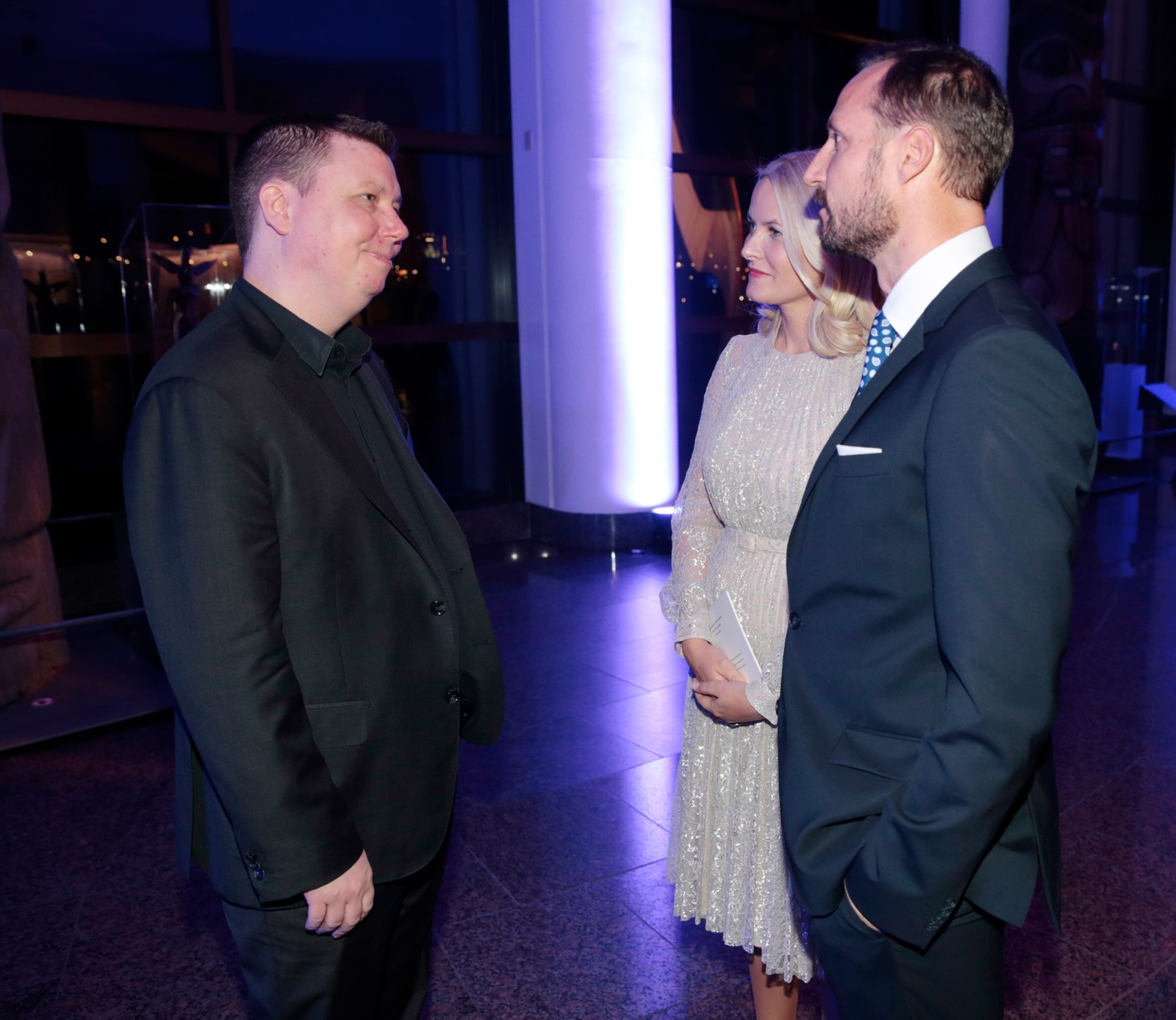 Den norske pianisten Ola Gjeilo spelte under tilstelninga det norske miljøet i Ottawa hadde invitert til måndag kveld. Etter konserten slo han av ein prat med kronprinsparet.