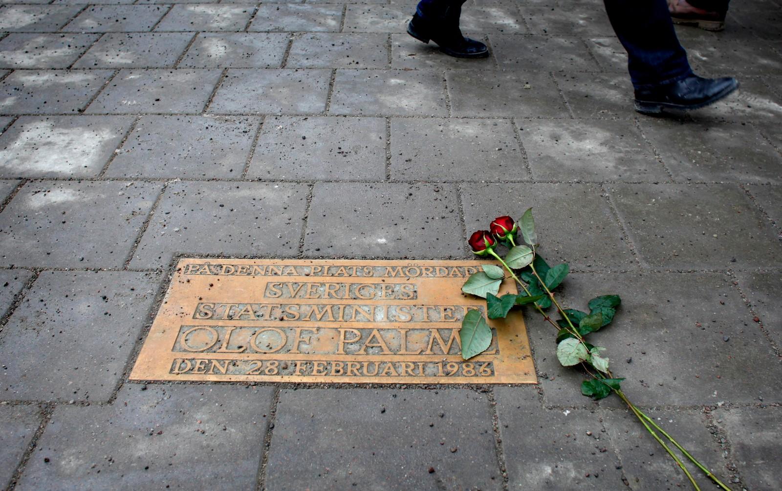 En plakett i asfalten markerer åstedet der Palme ble drept.