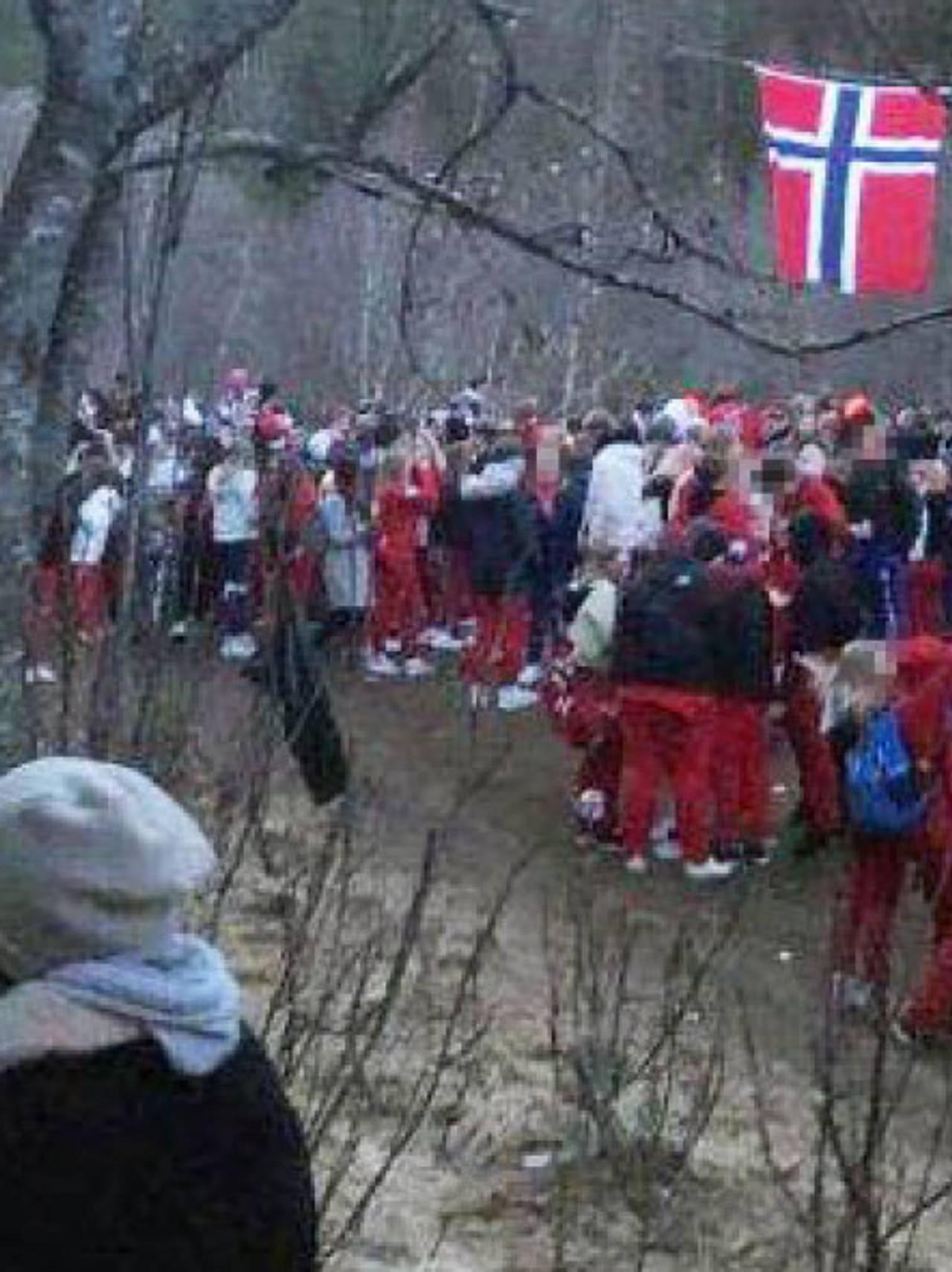 Stor ansamling av russ ved Maskinisten i Bodø natt til 17.mai