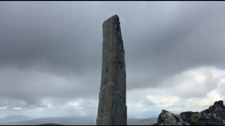 HØR NØYE ETTER: Den summende, elektriske lyden hørtes best rundt den spisse steinen på toppen av Simmelpiggen i Rondane. Lyden minner om lyden fra høyspentmaster, enda fjellet er milevis unna elektriske installasjoner. Video: Kristin Killi Skinlo.