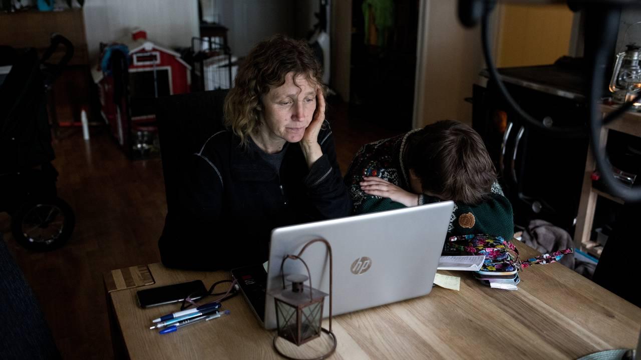 Linda foran laptopen