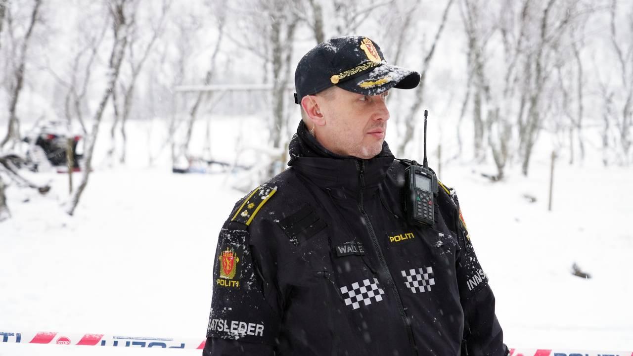 innsatsleder Oddgeir Walle på branntomta etter hyttebrann i Risøyhamn, snø, sperrebånd fra politiet Bildetype  Foto