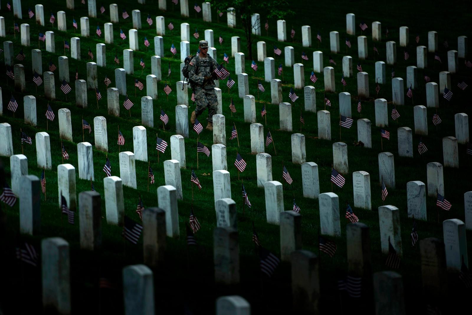 En soldat setter flagg på soldatgraver i Arlington National Cemetery i Virginia under forberedelsene til Memorial Day som var den 25. mai. Dagen brukes til å minnes de som døde i militær tjeneste for USA.