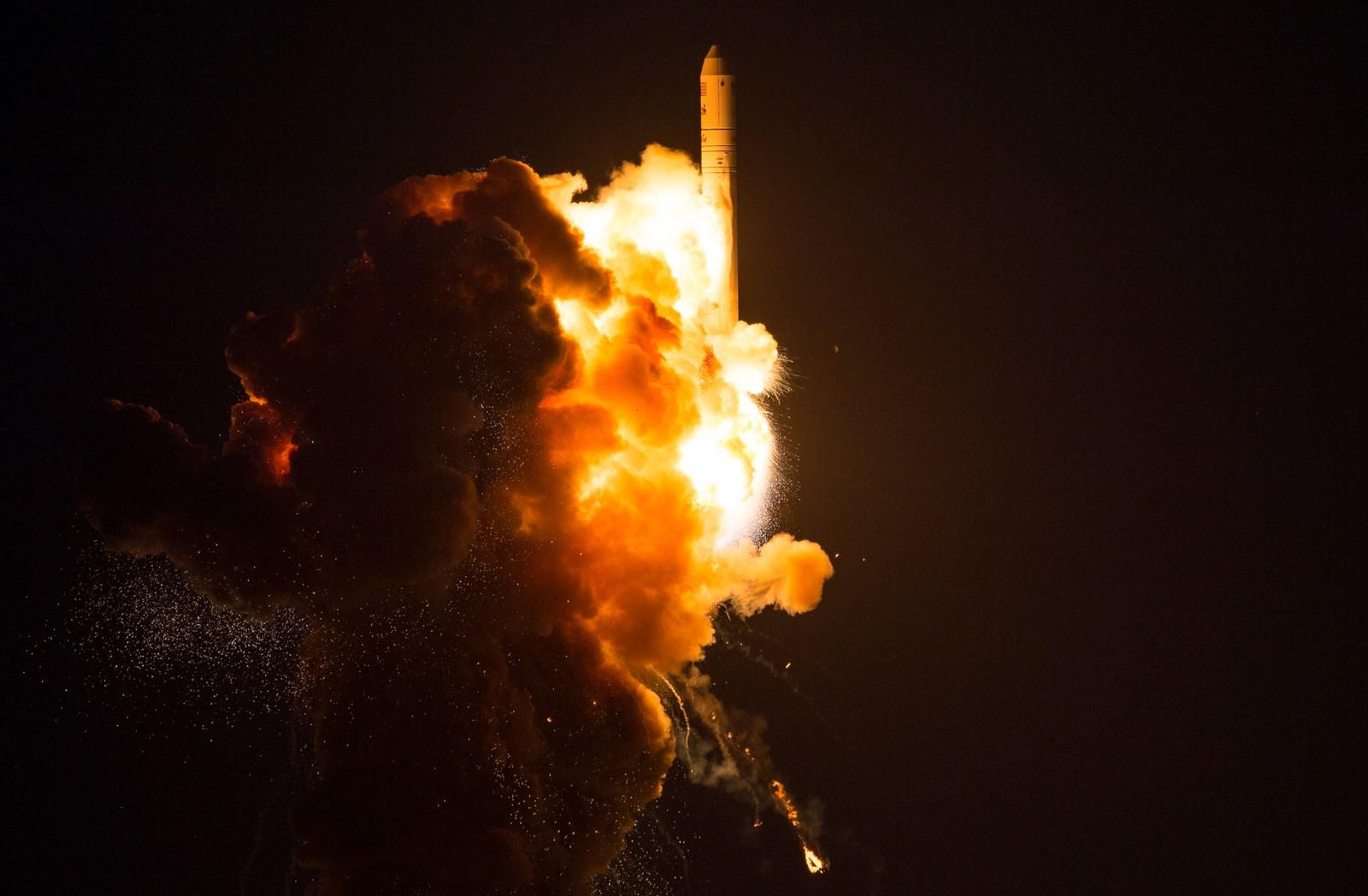 Flammene fra det brennende drivstoffet begynner å omhylle raketten.