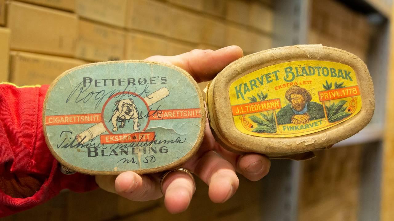 Tomme tobakksbokser ble gjerne brukt til å oppbevare øresteiner fra torsk.