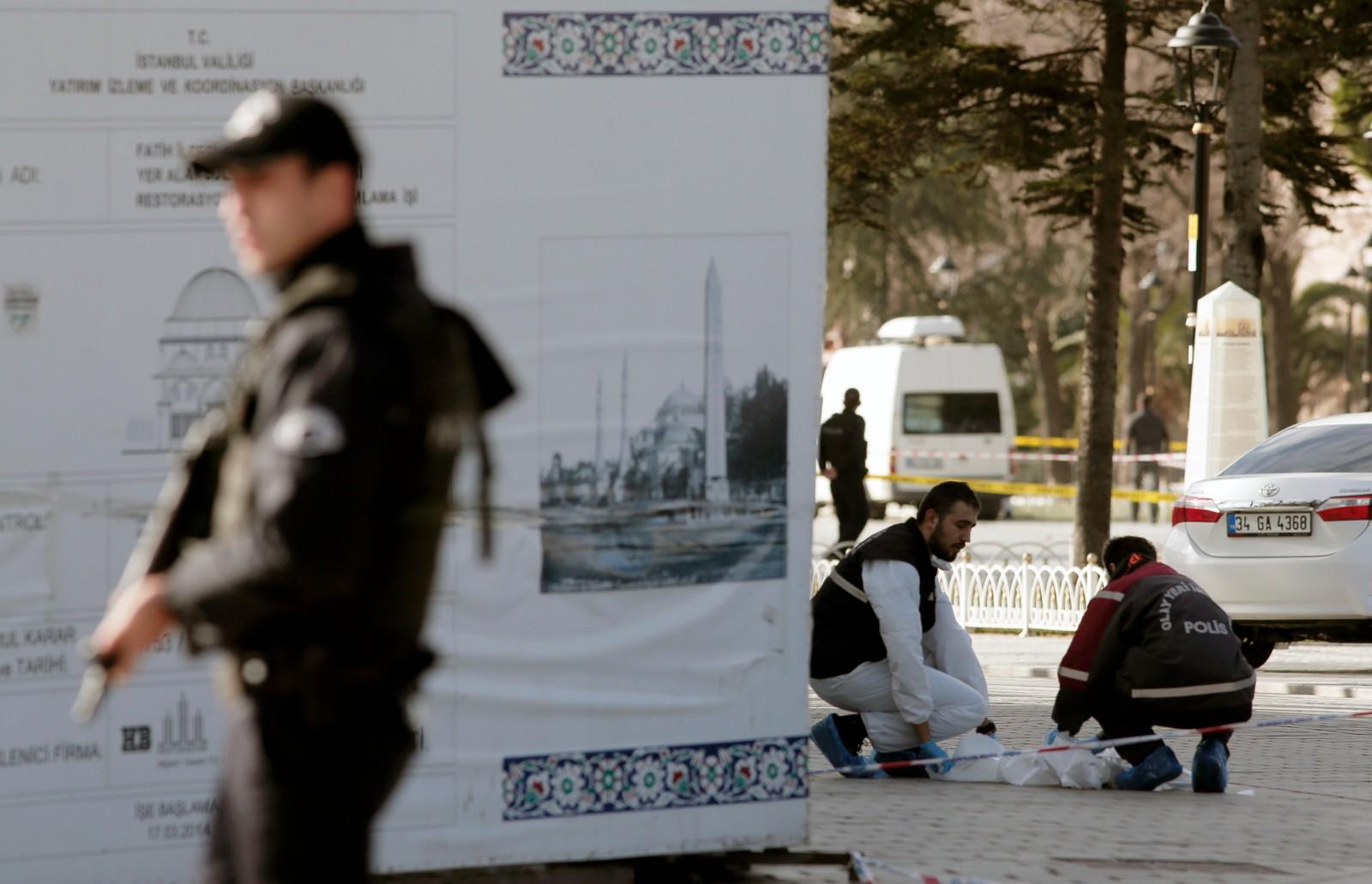 Politimenn leitar etter bevis som kan gi svar på kva som var årsaka til eksplosjonen.