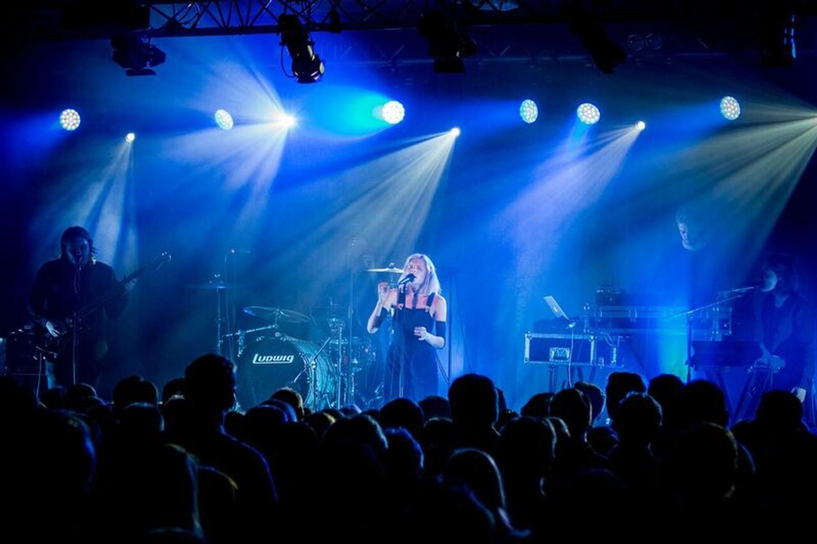 GOD STEMNING: Aurora hadde med seg Silja Sol på tangenter og kor under konserten på Balejazz.