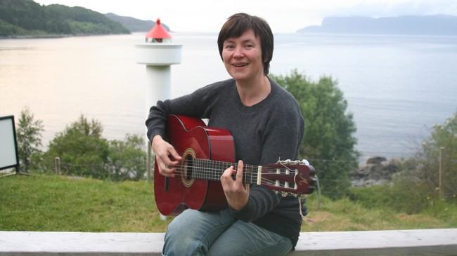 Sølvi Helen Hopland er vertskap på Ulvesund fyr. Foto: Ole Ramshus Sælthun, NRK.