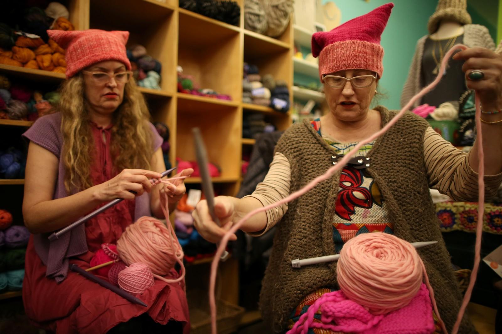 De rosa toppluene kalt «Pussyhats» er strikket verden over. Her er Molly Cleator (t. h) som er en av strikkerne bak de demonstrative hodeplaggene.