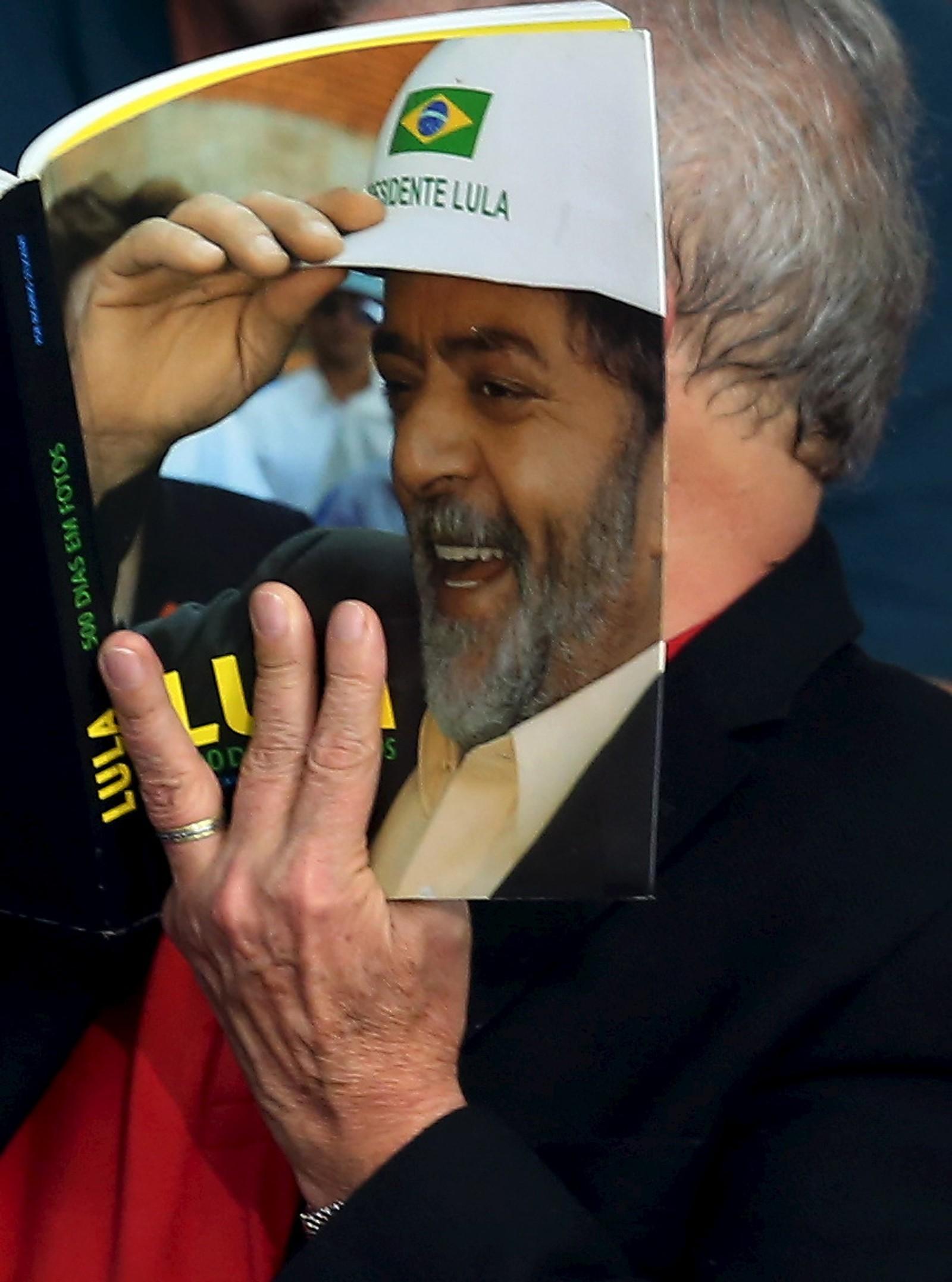 Bookfacefriday er en ukentlig seanse på Instagram. Eks-president Luiz Inacio Lula da Silva bidrar her med sin versjon.