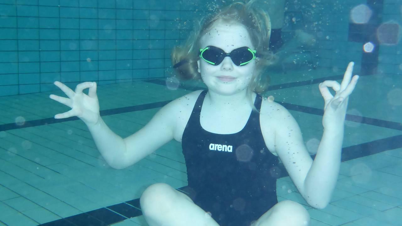 Hele Norge svømmer: Jente med svømmebriller under vann i basseng ved Fjære barneskole i Grimstad