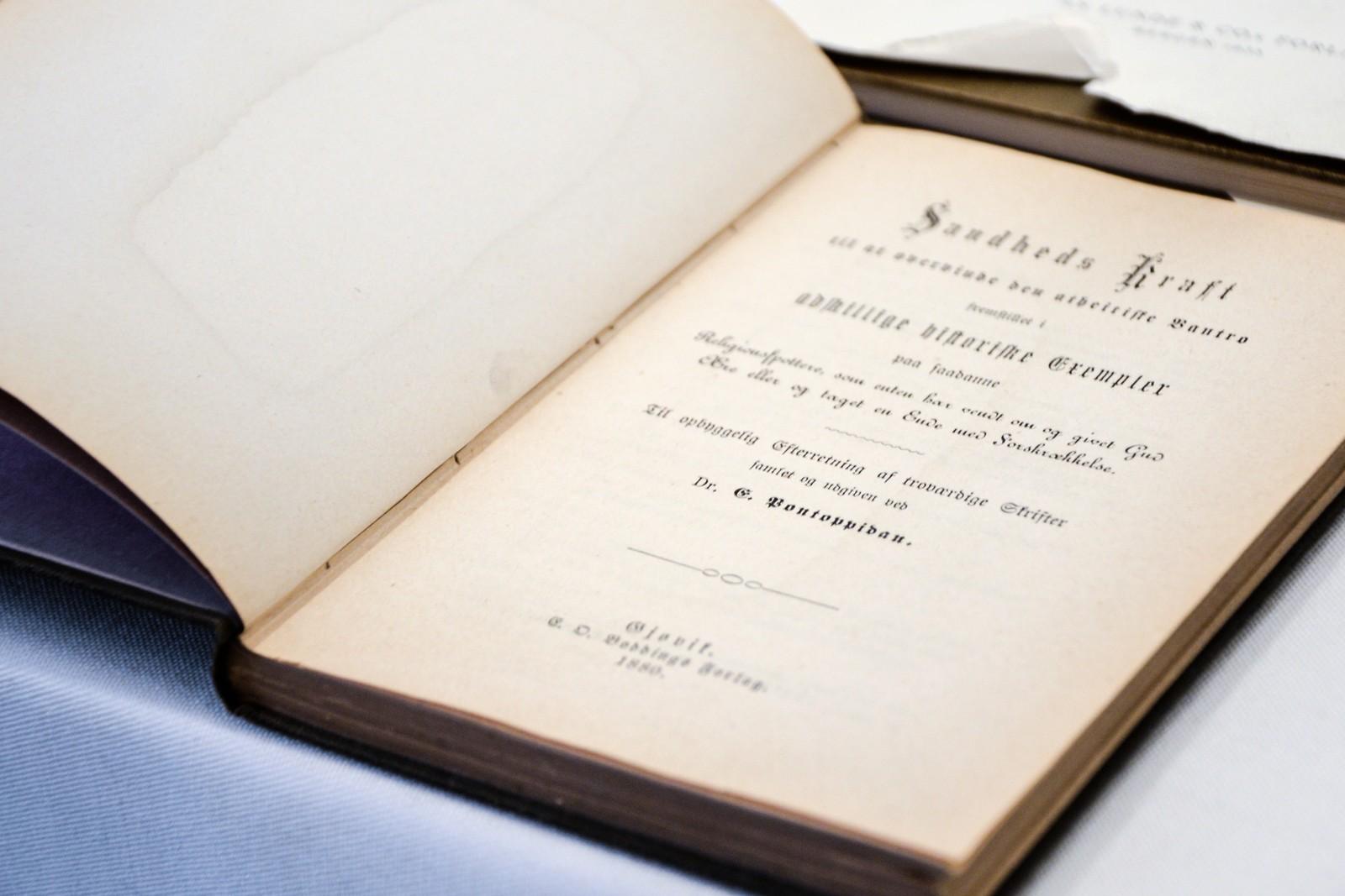 "Boken ""Sandheds Kraft"" ble trykket i forlaget på Gjøvik i storgata 17."