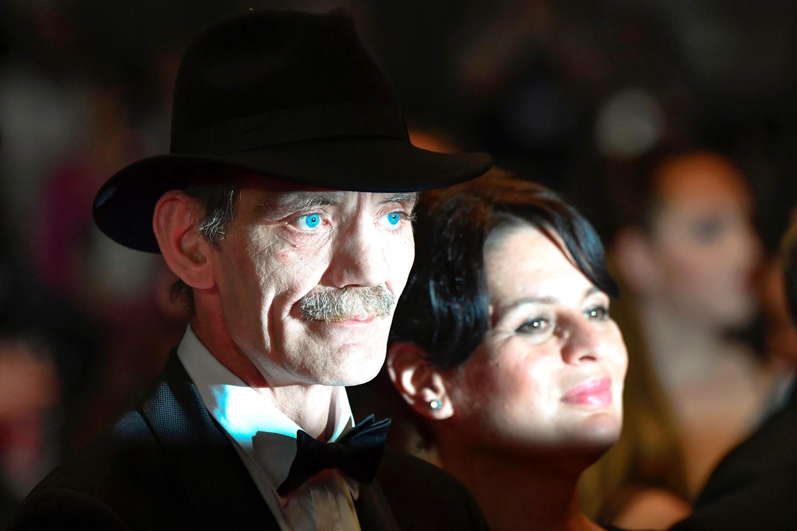 """Skuespillerne Meinhard Neumann og Veneta Fragnova på den røde løperen før visningen av filmen """"Western"""" på filmfestivalen i Cannes i Frankrike."""