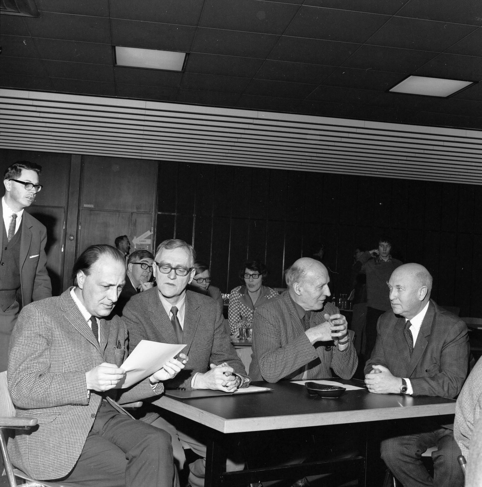 Kringkastingsrådets medlemmer diskuterer, ca 1970, programredaktør Otto Nes t v.