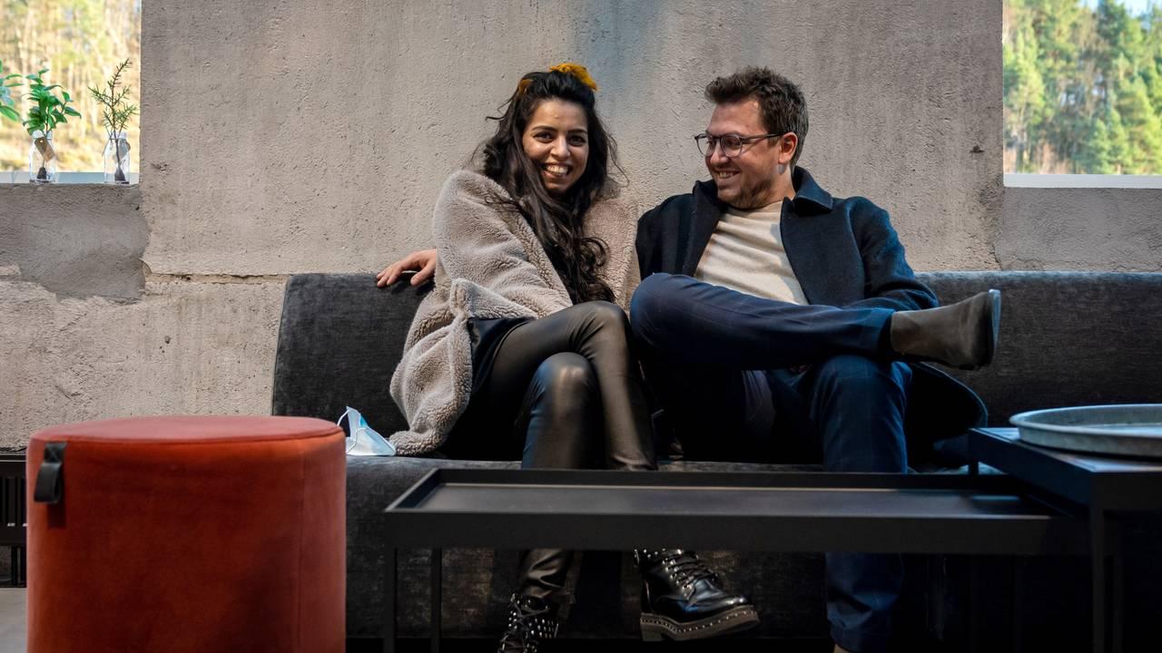 Cristina og kjæresten Frank sitter ved siden av hverandre