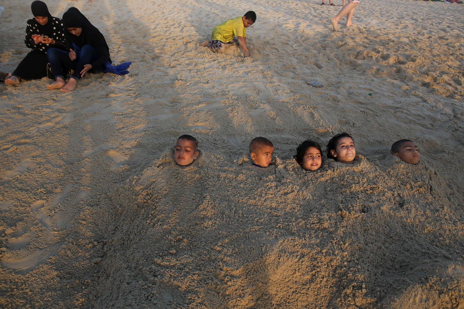 Muslimske barn leker på stranden i Tel Aviv under eid 14. september.