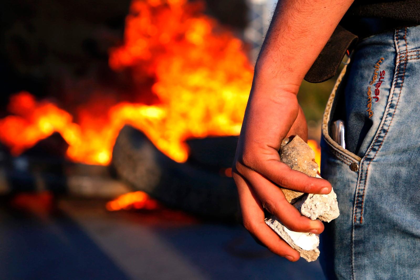 En av flere palestinske demonstranter som havnet i kamper med israelske sikkerhetsstyrker nord for Ramallah. Bråket startet etter flere palestinere hadde vist sin støtte til fengslede palestinere som sultestreiker.