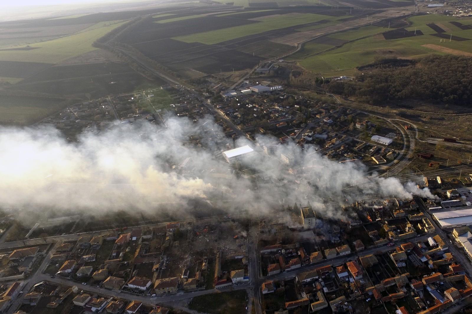 Luftfoto viser at det ryker fra åstedet nordøst i Bulgaria lørdag.