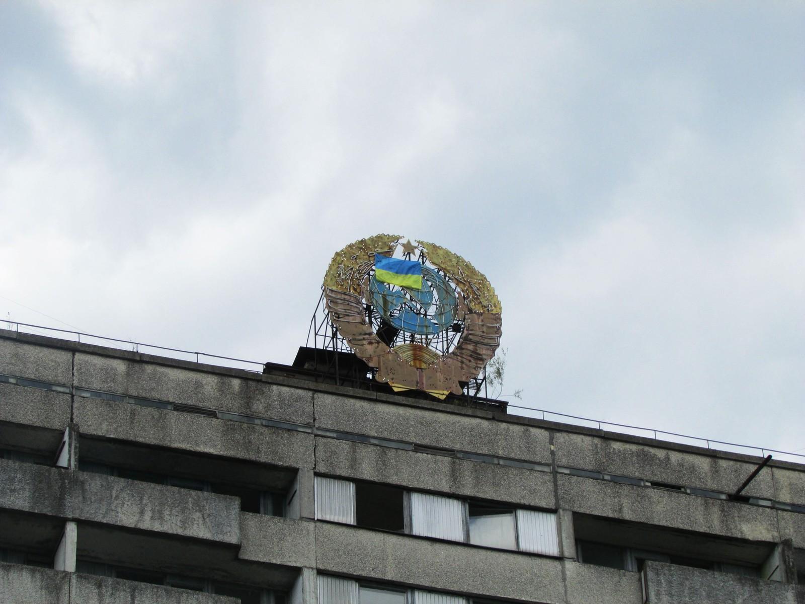 Symbolene på toppen av bygningene viser den sovjetiske stoltheten knyttet til Pripyat.